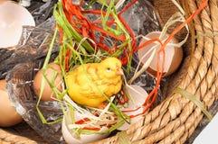 Huhn in einem Korb Stockfoto