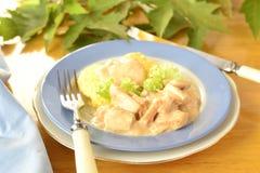 Huhn in einer Sahnesauce mit Polenta Stockfoto