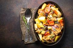 Huhn gebacken mit Gemüse stockfoto