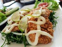 Huhn gebraten mit Gemüse und weißer Sahnesauce Lizenzfreies Stockfoto