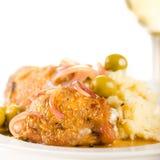 Huhn gebraten mit Oliven und roter Zwiebel Lizenzfreie Stockfotografie