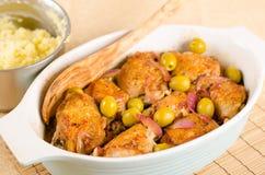 Huhn gebraten mit Oliven und roter Zwiebel Stockbild