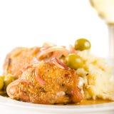 Huhn gebraten mit Oliven und roter Zwiebel Lizenzfreie Stockfotos