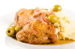 Huhn gebraten mit Oliven und roter Zwiebel Lizenzfreie Stockbilder