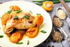 Huhn gedämpft in den Aprikosen Stockfotos