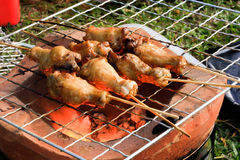 Huhn gegrillt auf Holzkohle Stockfotografie