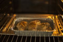 Huhn im Ofen stockfotos