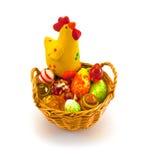 Huhn im Ostern-Korb Stockfotografie