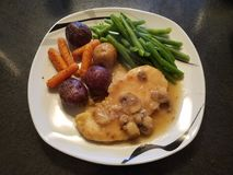 Huhn-marsala mit Kartoffeln und grünen Bohnen Lizenzfreies Stockfoto