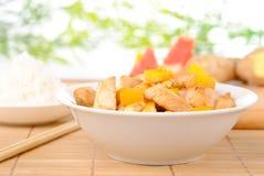 Huhn mit Acajoubaum und Mangofrucht Stockfoto
