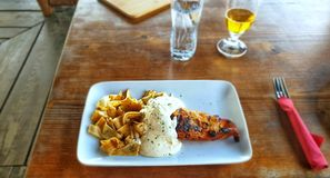 Huhn mit Bechamel und geschnittenen Pfannkuchen lizenzfreie stockfotos