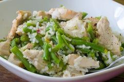 Huhn mit grünen Bohnen und Reis Stockbild