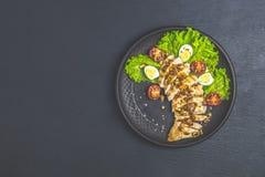 Huhn mit Honig und Senfsoße, Kopfsalat, Wachteleier, Kirschtomaten stockfotografie