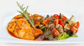 Huhn mit Pilzen und Gemüse Lizenzfreies Stockbild