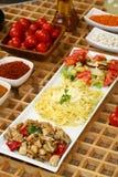 Huhn mit Soße und penne Teigwaren, Salat stockbilder