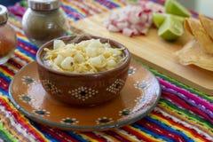 Huhn-pozole mit Rettichen, Zitronen und Toast lizenzfreies stockfoto