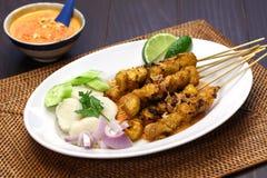 Huhn satay mit Erdnusssoße, indonesische Aufsteckspindelnküche stockfoto