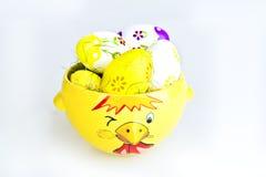 Huhn-Schüssel und Ostereier Stockbild