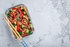 Huhn-teriyaki Aufruhrfischrogenmahlzeit-Vorbereitungsbehälter mit Brokkoli, Karotten, Reis oder soba Nudeln lizenzfreie stockbilder