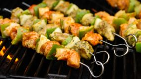 Huhn-Ticka-Kebab auf Aufsteckspindeln stockfoto