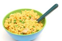 Huhn u. gelbe Reisschüssel auf die Oberseite Stockfotografie