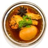 Huhn und Eier in den Fröschen der braunen Soße, thailändisches Lebensmittel Stockbilder