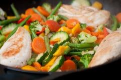 Huhn und Gemüse in der Wanne Lizenzfreie Stockfotos