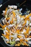 Huhn und Gemüse in einem Wok stockfotografie