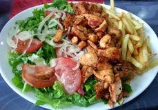 Huhn und Pommes-Frites mit Mischung salade Stockfotos