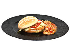 Huhnburger mit Bohne sallad Stockbild