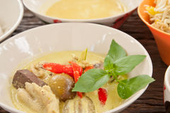 Huhncurry auf hölzerner Tabelle des Teakholzes, siamesische Nahrung lizenzfreie stockbilder