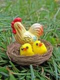 Huhnfamilie im Nest Stockbild