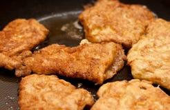 Huhnhiebe auf Bratpfanne lizenzfreie stockbilder