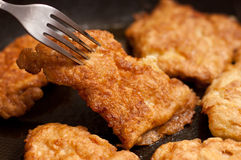 Huhnhiebe auf Bratpfanne stockfotos