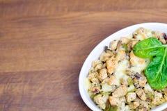 Huhnkasserolle mit Spinat und Käse Lizenzfreie Stockfotos