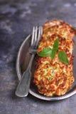 Huhnkoteletts mit Zucchini stockbilder