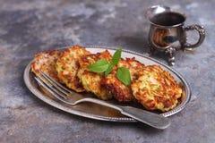 Huhnkoteletts mit Zucchini stockfoto