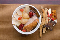 Huhnkrautsuppe im Potenziometer, chinesische Nahrungsmittelart Stockbilder