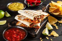 Huhnquesadillas mit Paprika und Käse stockbild