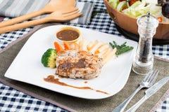 Huhnsteak mit Gemüse Stockfotos