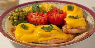 Huhnverkleidung mit einer Tomate und einer Ananas Stockfoto