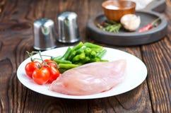 Huhnverkleidung mit Gemüse Stockfotos