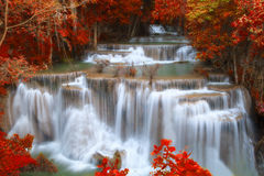 Hui Mae Khamin-Wasserfall im tiefen Wald mit Weichzeichnung, Thailan Stockfotos