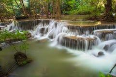 Hui Mae Khamin-Wasserfall im tiefen Wald, Thailand Lizenzfreie Stockfotografie