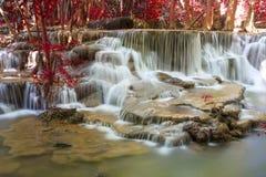 Hui Mae Khamin-Wasserfall im tiefen Wald, Thailand Stockfotografie