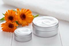 Huid die kosmetische room met calendula flowers vitamin spa lotion reinigen Stock Fotografie