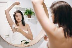 Huid en lichaamsverzorging Het Concept van de haarverwijdering Vrouw na douche het scheren met scheermes Jonge aantrekkelijke vro stock afbeeldingen