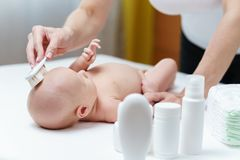 Huid van de mamma de schone baby op het hoofd door zachte borstel voor huidzorg royalty-vrije stock fotografie