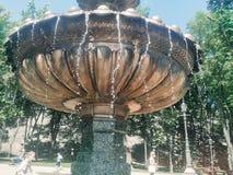 Huid van hitte onder de fontein stock foto