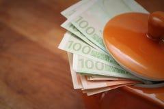 Huidengeld in een theepot stock foto